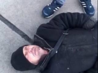 В Киеве толпа подростков избила бездомного. Били ногами по голове