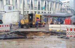 В центре Киева из-за прорыва трубы с кипятком образовался огромный котлован