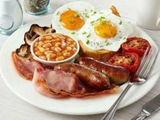 Ученые объяснили, почему плотный завтрак полезнее обеда
