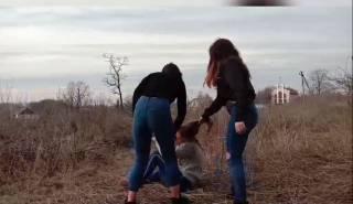 На Житомирщине девочки-подростки жестоко избили сверстницу из-за парня. Били даже ногами по голове