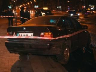 В Киеве BMW после сокрушительного столкновения отбросило на остановку с людьми