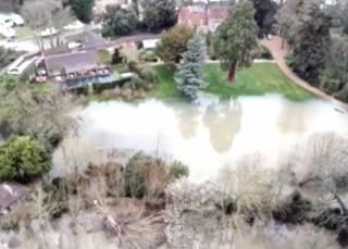 Темза вышла из берегов: в Великобритании затопило дорогущий особняк звезды Голливуда