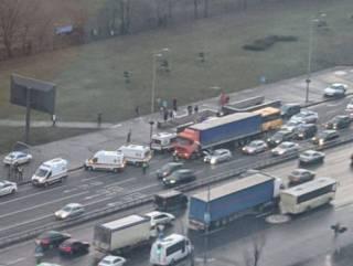 В Киеве маршрутка на скорости «влетела» в фуру ‒ пострадали люди