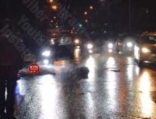 Неадекватный водитель устроил странный перформанс в Киеве на Голосеево