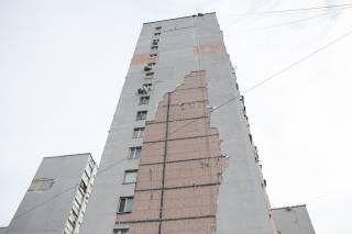 В одном из киевских спальников сильный ветер сорвал огромный кусок утеплителя с многоэтажки