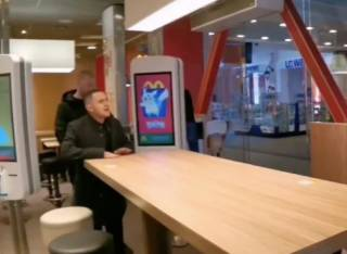 В одной из харьковских кафешек «слугу народа» в лицо назвали «предателем Украины»