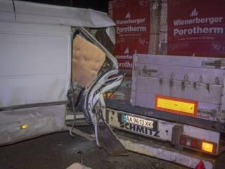 На суровой киевской окраине Mercedes на скорости «влип» в фуру