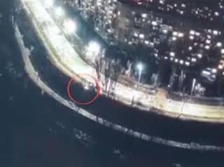 Появилось видео, как в Киеве автомобиль с людьми упал в Русановский канал