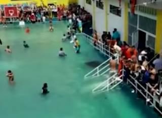 Эквадорские заключенные, устроив диверсию, превратили внутренний дворник тюрьмы в бассейн