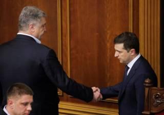 Появилось видео, как Зеленский пожал Порошенко руку