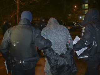 В Киеве неадекватный мужик разбил машины во дворе и ломился к людям в квартиры, угрожая взорвать гранату