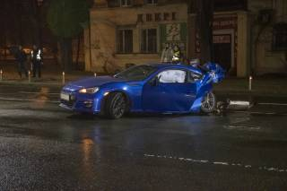 Ночью в Киеве машина врезалась в столб – погиб человек