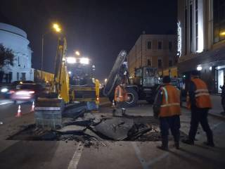 В Киеве возле Оперного театра эпично провалился асфальт