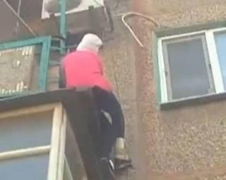 В Херсоне старушка каким-то образом повисла на краю балкона чужой квартиры