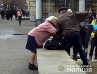 В центре Полтавы отчим посреди улицы жестоко избил падчерицу. Никто не заступился
