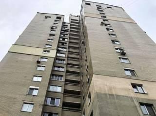 В Киеве в окно высотки «шагнула» молодая девушка