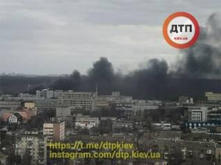 В Киеве вспыхнул крупный пожар на территории химического завода