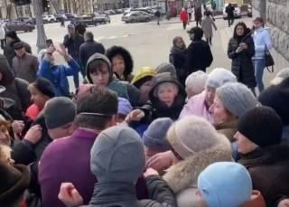 В Харькове пенсионеры подрались в очереди за медицинскими масками