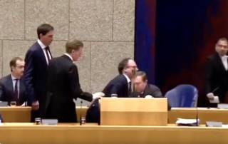 Министр здравоохранения Нидерландов упал в обморок посреди доклада о коронавирусе