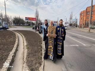 Представители УПЦ объехали вокруг Одессы с чудотворной иконой и молитвой против коронавируса