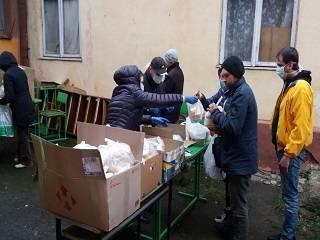 В Ивано-Франковске представители УПЦ раздали нуждающимся маски и продукты