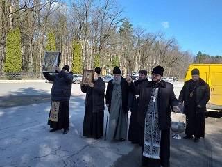 На Винниччине священники УПЦ молятся на въездах в города против коронавируса
