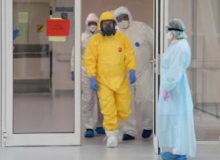 Путин проведал сограждан с коронавирусом в костюме химической защиты