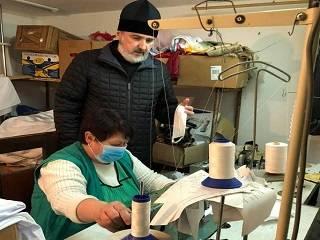 В Перечине УПЦ шьет маски и бесплатно раздает ланч-боксы нуждающимся