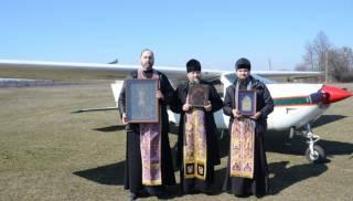 В Сумах священники УПЦ совершили воздушный крестный ход с чтимыми святынями