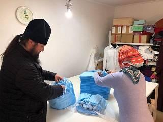На Закарпатье монахи и православная молодежь шьют защитные маски