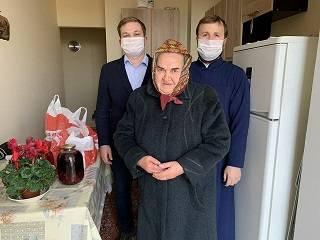 В Одессе православная молодежь раздала продуктовые наборы и защитные маски пожилым людям