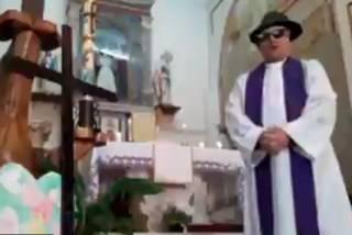 Итальянский священник порадовал пользователей соцсетей необычной онлайн-службой