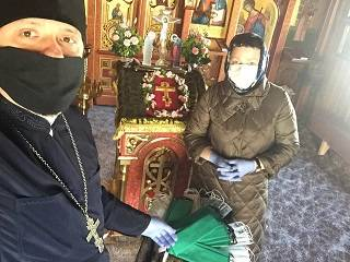 В Луцке верующие УПЦ пошили маски для пожилых прихожан