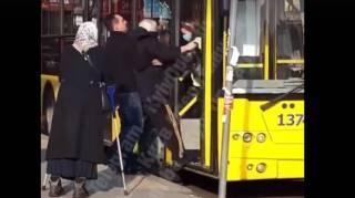 В Киеве из троллейбуса силой вытолкали старика без защитной маски