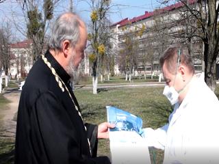 На Киевщине УПЦ передала медикам защитные костюмы для инфекционного и реанимационного отделений