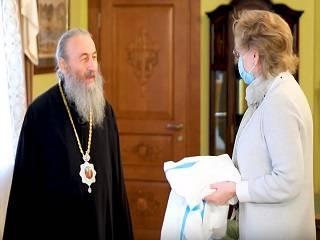Митрополит Онуфрий передал оборудование и защитные костюмы столичной Александровской больнице