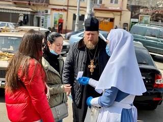 В Одессе на «Привозе» сестры милосердия раздали маски, антисептики и перчатки