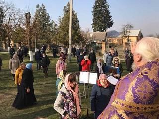 Прихожане в масках и богослужения на улице: Как изменилась жизнь верующих УПЦ Житомирщины на карантине