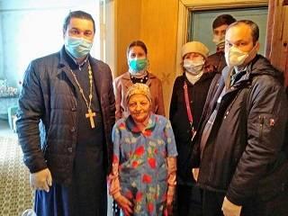 В Энергодаре православные доставили продукты и средства защиты одиноким пенсионерам