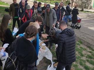 В Одессе ежедневно в течение карантина православная молодежь раздает продукты бездомным