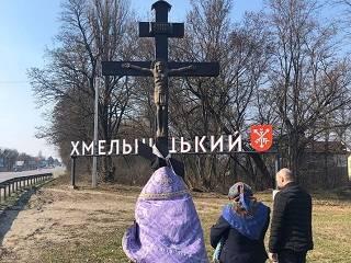 Священники УПЦ объехали Хмельницкий, молясь о прекращении пандемии