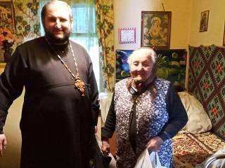 В Ужгороде священники УПЦ доставили продукты одиноким пенсионерам