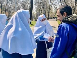 В Одессе сестры милосердия раздали антисептики и тексты молитв об избавлении от пандемии