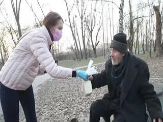 В Киеве православные волонтеры кормят бездомных