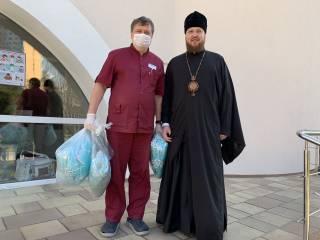 Епископ УПЦ передал столичному роддому тысячу защитных масок
