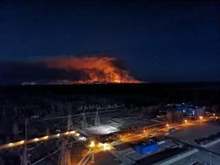 Пожар в Чернобыльской зоне бушует на расстоянии прямой видимости от станции