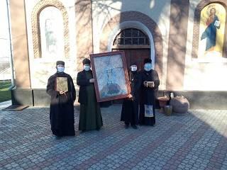 На Буковине священники УПЦ совершили автомобильный крестный ход с молитвой об исцелении больных