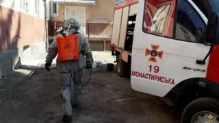 Тесты задерживают, медики увольняются, готовятся к комендантскому часу. Что происходит на Западной Украине