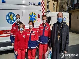 Во Львове УПЦ передала врачам скорой помощи маски и антисептики