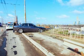 В Днепре автомобиль эпично «припарковался» на краю моста